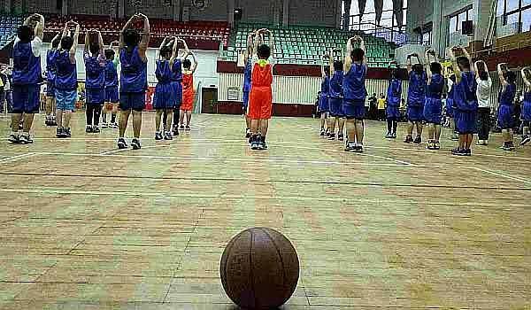 武汉各区都有球馆,免费篮球,羽毛球体验课,享受汗流浃背的快感。