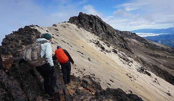 四姑娘山纯AA穿越,穿越雪山看火色枫叶,泡藏族神泉,心灵治愈之旅